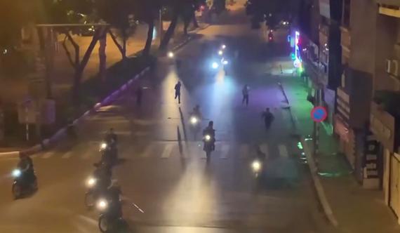 Nhiều thanh niên mang hung khí đuổi đánh gây náo loạn trên phố