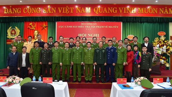 Các đại biểu chụp hình lưu niệm tại hội nghị