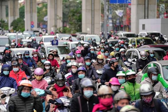 Học sinh Hà Nội đi học trở lại, giao thông ùn ứ cục bộ