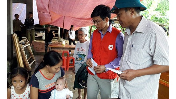 Đại diện chính quyền, Hội Chữ thập đỏ thăm hỏi, động viên vợ con anh D.