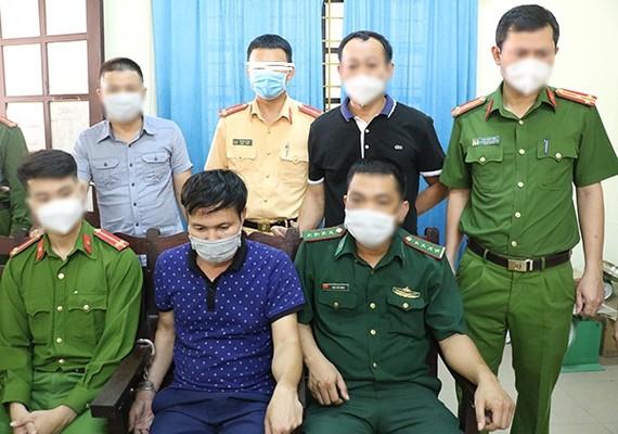 Đối tượng Phạm Xuân Tài (hàng ngồi, ở giữa). Ảnh: Công an cung cấp