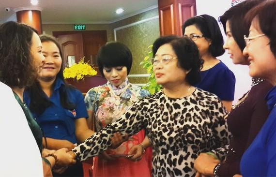 原國家副主席張美華與少數民族同胞交流。(圖片來源:心雨)