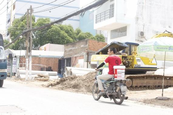 施工單位隨意在路邊放置設備、物資等待施工。(圖片來源:互聯網)