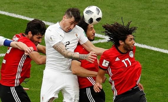Gimenez(白衣)頭槌進球。