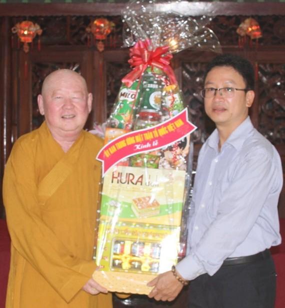 越南祖國陣線委員會宗教民族主任阮文清(圖右)代表考察團向釋惟鎮法師(圖左)贈送禮物