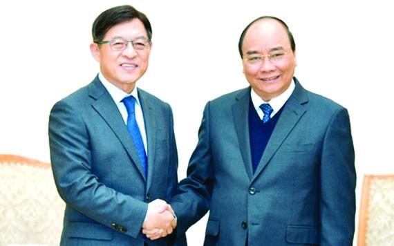 政府總理阮春福昨(11)日上午在政府辦事處接見韓國三星電子公司董事長兼總經理沈沅煥