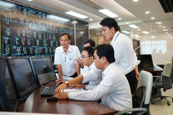 電力部門幹部操控電力系統。