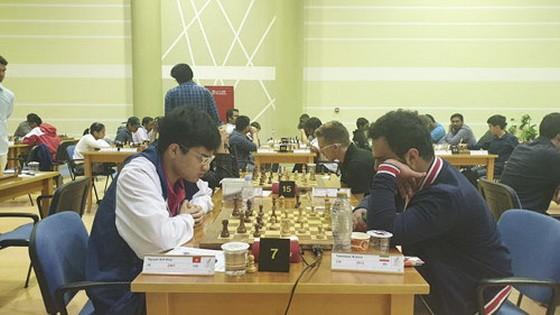 阮英魁(左邊)在比賽中。