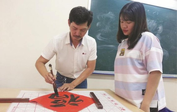 甘偉恒老師與學生交流。