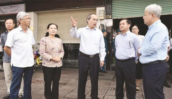 市委副書記、市人民議會主席阮氏麗及各相關廳、部門代表參與視察工作。
