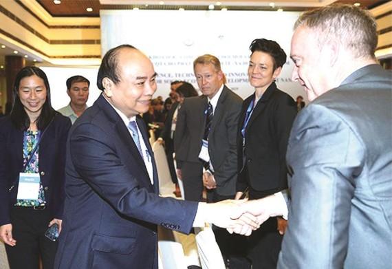 政府總理阮春福與各國專家交流。