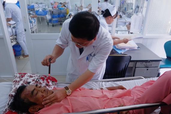 大水鑊醫院醫生為病人診病。