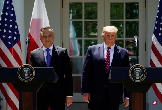 特朗普(右)向波蘭總統杜達承諾,將增派軍人到華沙。 (路透社)