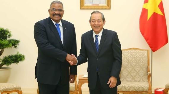 政府常務副總理張和平昨(26)日在政府辦事處接見了由古巴最高人民法院院長魯文‧雷米西奧‧費羅率領正在越南進行訪問的代表團。