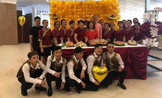 愛華大酒樓總經理關漪鏇(後排左起第七位)與員工慶祝生日。