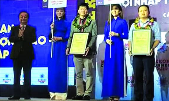 華人企業家陳偉民(左三)獲頒發證書。