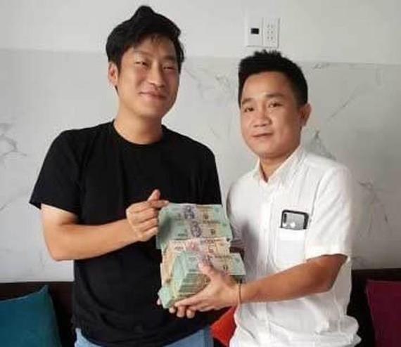 裴國俊 (右)