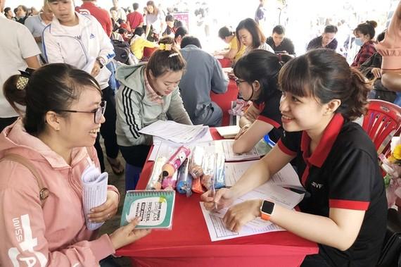 勞工在就業交易平台 參加面試。