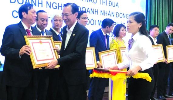 黎清廉副主席頒發獎狀給華人企業家楊文德。