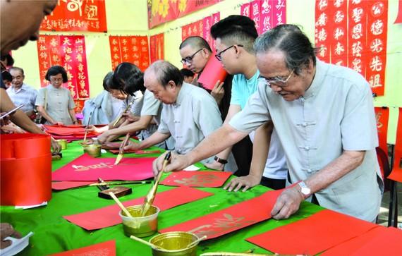 各書法家即席揮毫為廣大華人書寫揮春。