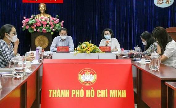 市越南祖國陣線委員就彩票兜售者資助事宜召開視像會議。