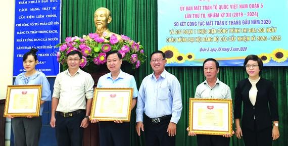 第五郡越南祖國陣線委員會榮獲集體出色獎項。