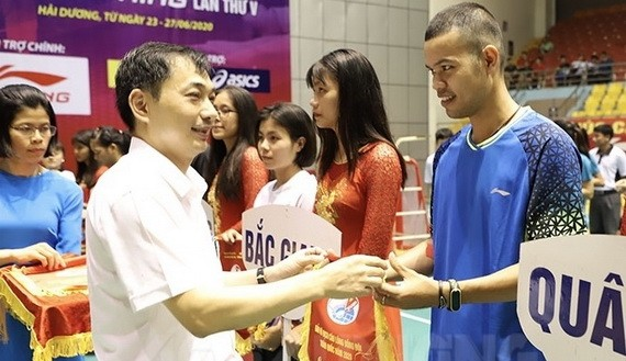 組委會代表向各參賽隊伍頒發錦旗。