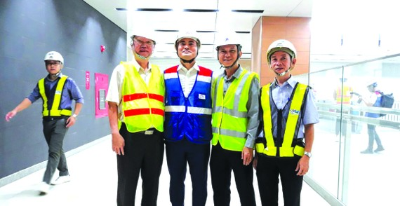 市都市鐵路管委會主任裴春強(左二)帶領兩位華人代表參觀地鐵工程。