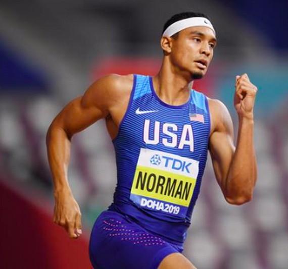 邁克爾‧諾曼在男子100米比賽中跑出9.86秒。