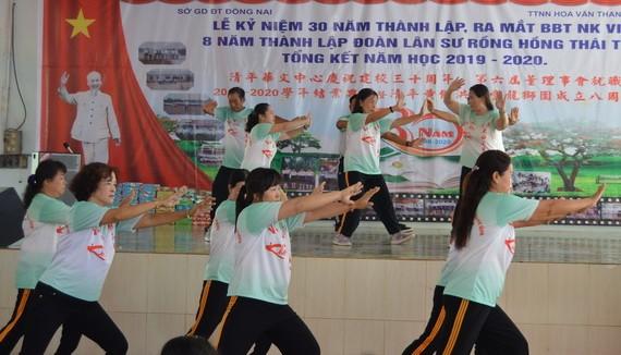 養生俱樂部成員在該中心的慶典上表演助興。
