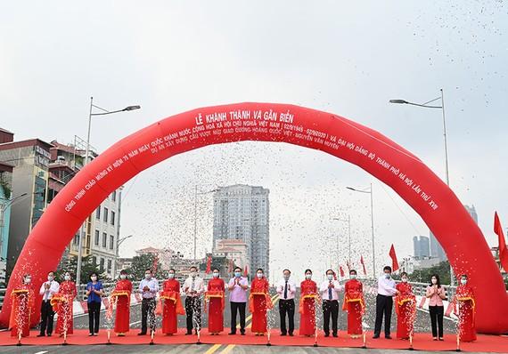 河內市昨(28)日為黃國越-阮文萱街交通樞紐的高架橋建設項目舉行通車儀式。