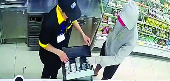 抓獲持刀控制便利店人員劫匪