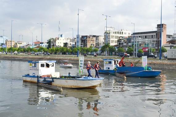 收集垃圾、疏浚河涌是環保的切實行動。