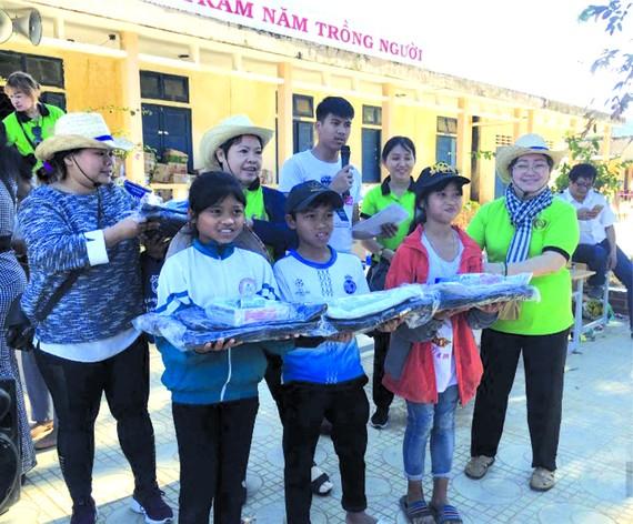 安東市場慈善組在廣治、廣平省贈送救濟品。