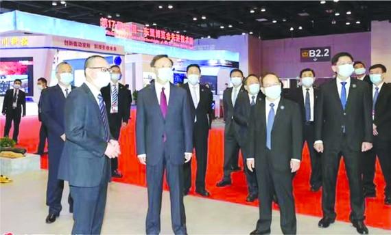 楊潔篪在廣西領導陪同下巡視博覽會展館。