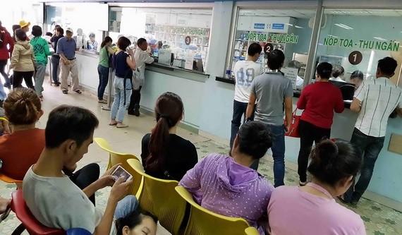 人們在市醫藥大學醫院購買和領取藥物。