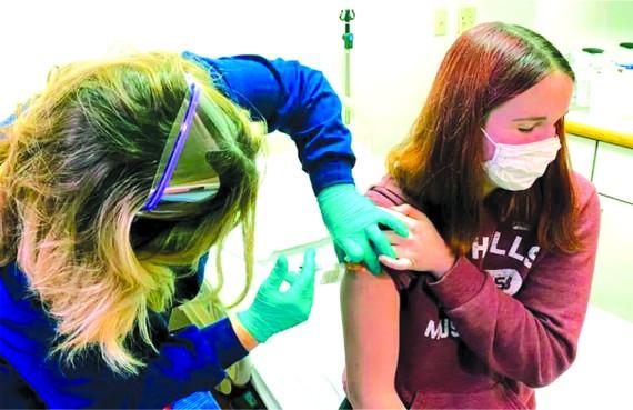 輝瑞公司臨床試驗的一名志願者接受疫苗接種。