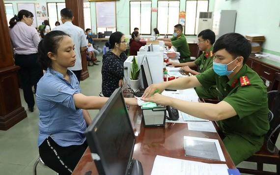 民眾在辦理簽發公民身份證手續。
