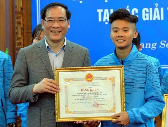 涼山省人委會副主席楊春喧向在運動員頒獎狀。