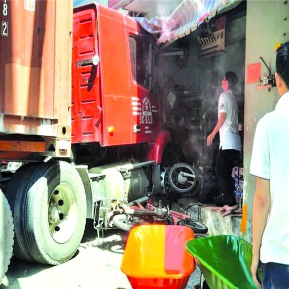 集裝箱車撞民房致1人死