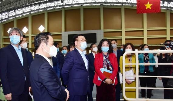 河內市委書記王廷惠(左三)視察第三十一屆東運會和第十一屆東殘會的服務工作。
