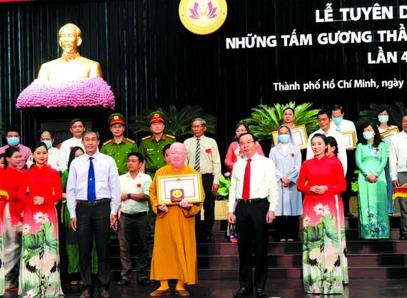 市委書記阮文年頒發獎狀給釋惟鎮法師。