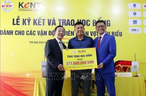 越南網球聯合會和肯特國際學院代表向李黃南頒發獎學金。