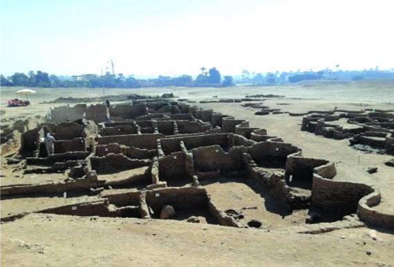 據新華社報導,埃及考古學家扎希‧哈瓦斯8日發表聲明說,在埃及南部城市盧克索發現了距今3000多年的古埃及重要都城遺址