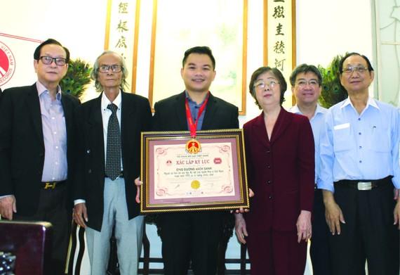 本市和第五郡領導及貴賓祝賀麒麟(左三) 榮獲越南吉尼斯紀錄證書。