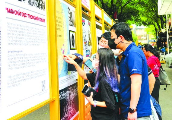 落葉劑訴訟案圖片資料展吸引許多 青年參觀。