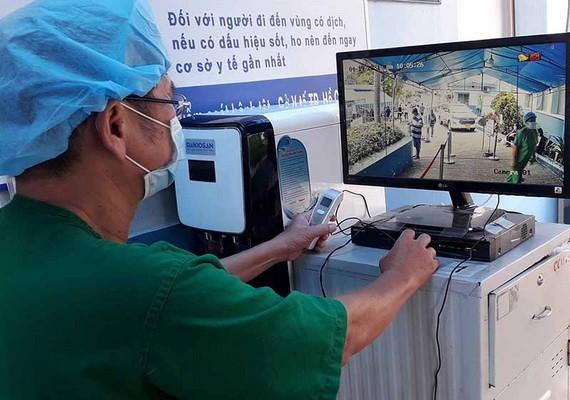 嘉定人民醫院以紅外線攝像機觀察病人的體溫。