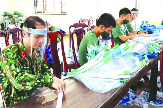 承天-順化省軍事指揮部6團幹部、戰士 在生產防護面罩。