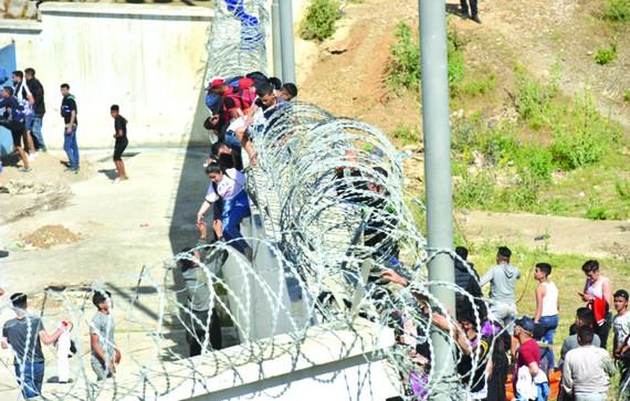 """逾 8000 非洲非法移民闖入西班牙""""飛地"""""""