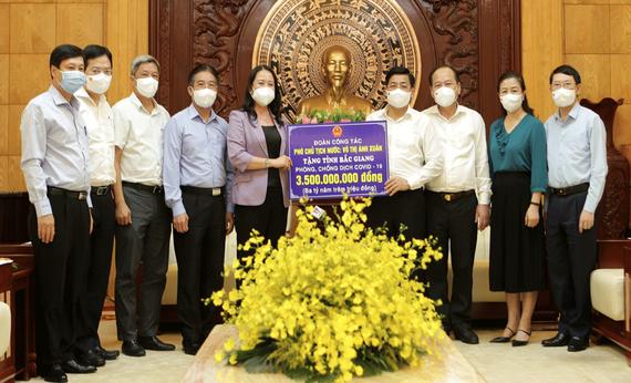 國家副主席武氏映春昨(28)日與工作團前往北江省探望、動員並贈送新冠肺炎疫情防控工作輔助金。